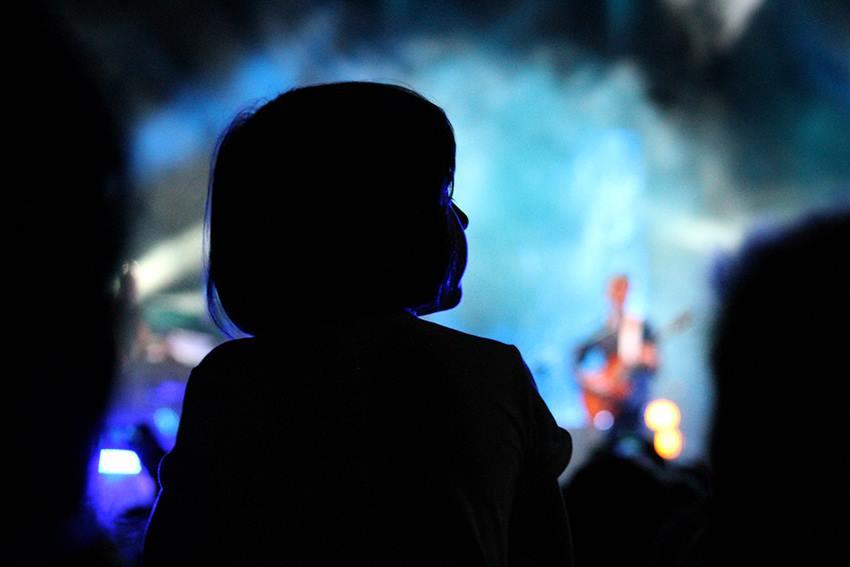 Comunicare è ascoltare, come una bambina ad un concerto